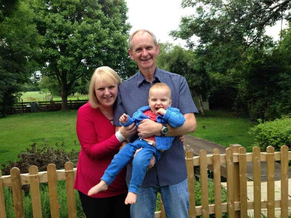 Os pais Louise e Mark com seu filho após perderem 18 bebês