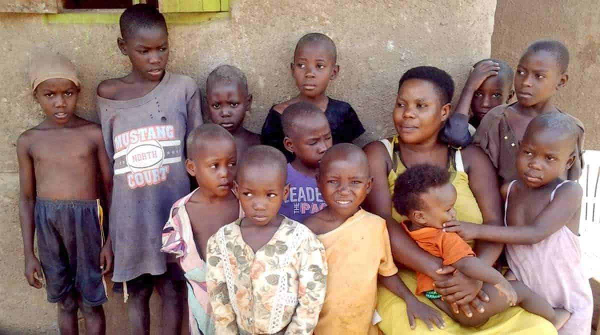 Mãe que deu à luz 44 bebês ao lado de alguns dos filhos
