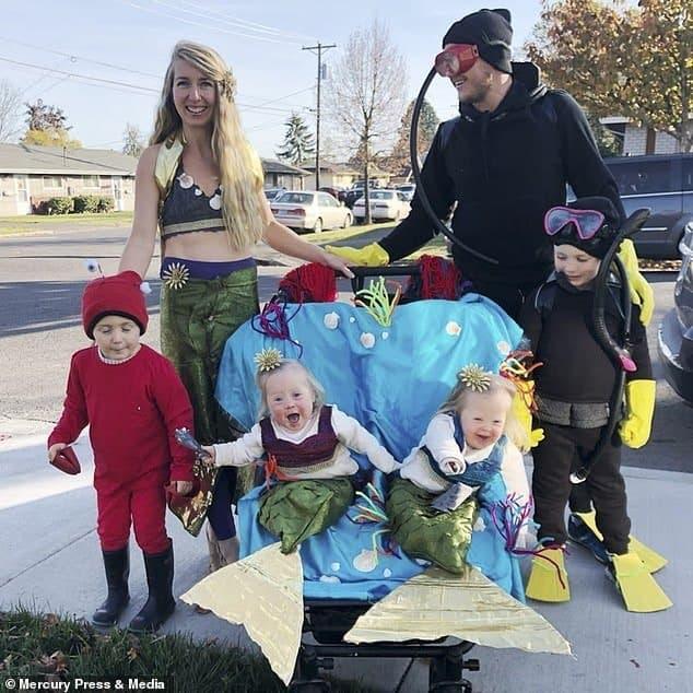 A mãe com suas bebês gêmeas, o marido e os outros dois filhos