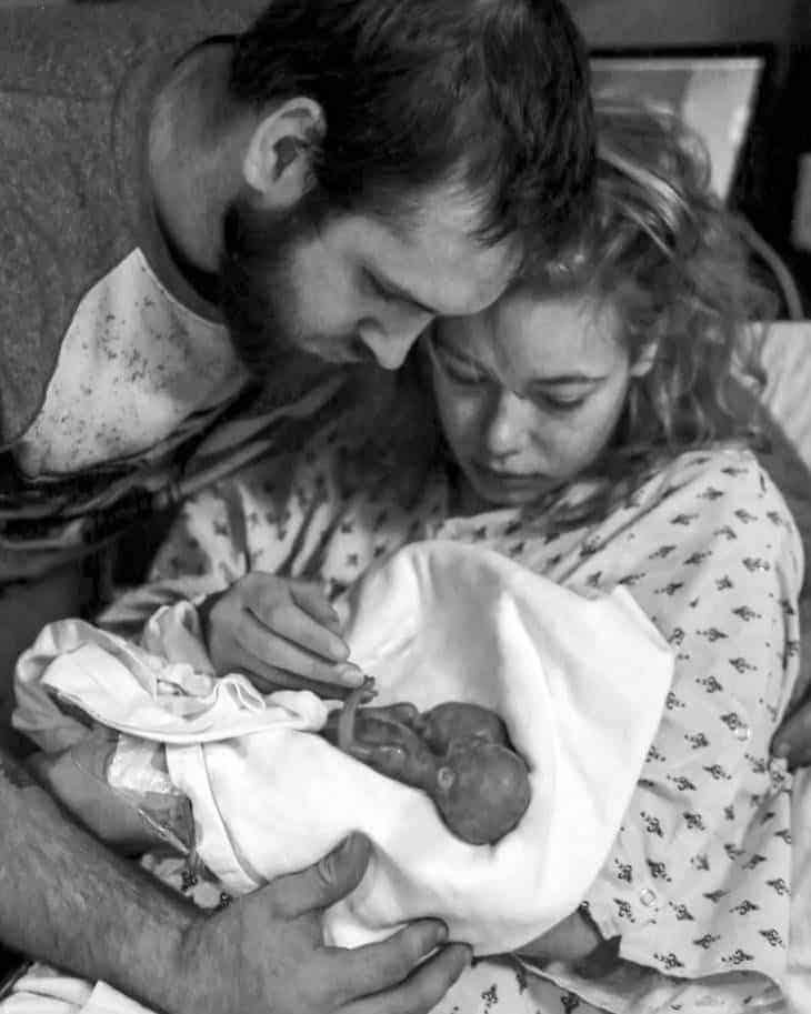 A mãe com dois dos bebês trigêmeos que perdeu