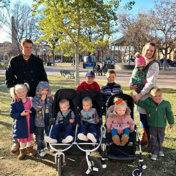 Mãe, marido e os dez filhos menores de dez anos
