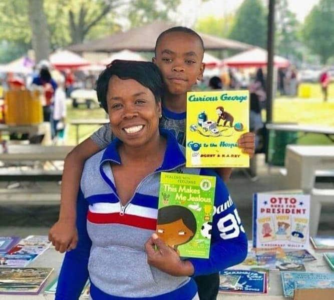 A mãe aproveita todas as oportunidades que surgem para oferecer um livro para uma criança