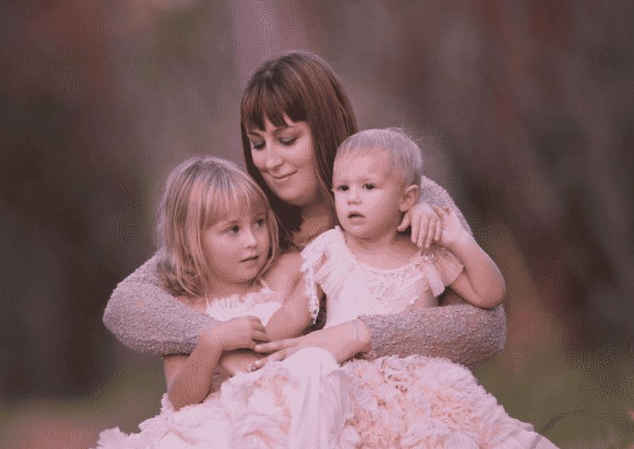 Imagem da mãe Holly Smith com suas filhas