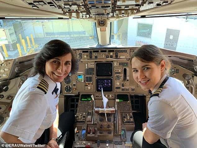 Juntas mãe e filha pilotando um avião
