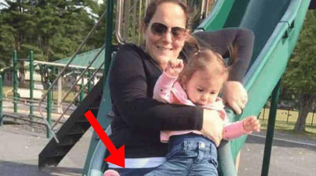 Menina quebra a perna no escorregador