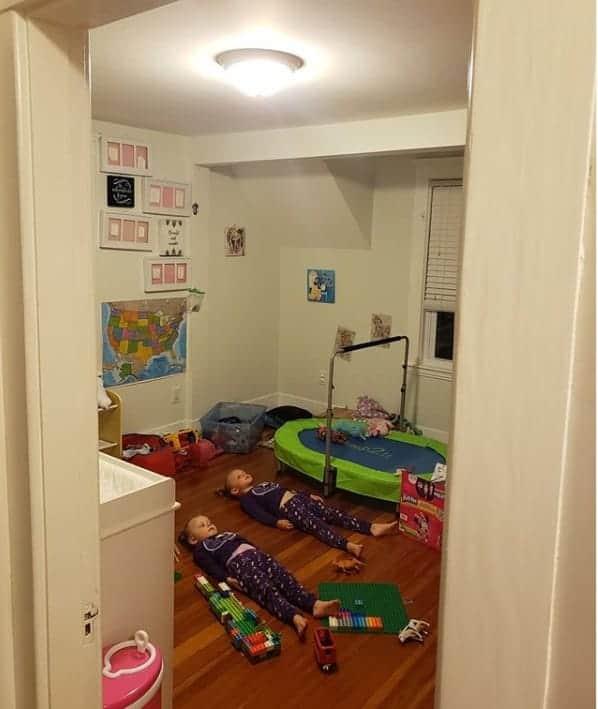 Mãe mostrou suas meninas carregando os pijamas em foto inusitada