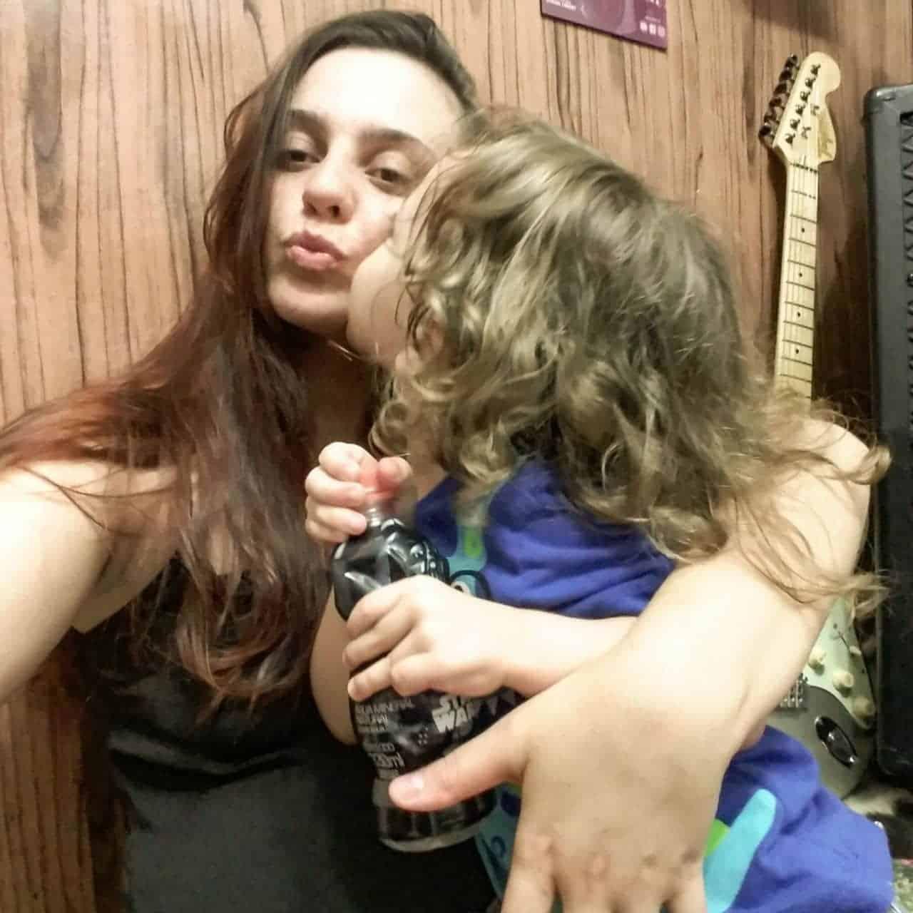 No colo de sua mãe Ruby a criança que foi agredida em shopping de SP