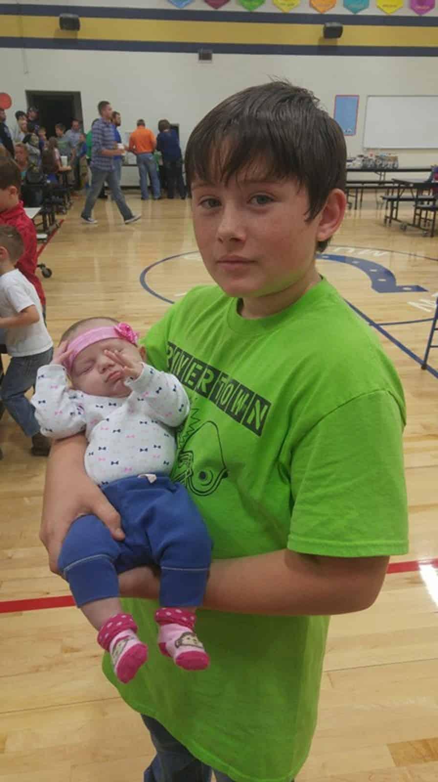 Foto de Jared com sua irmãzinha já recuperado