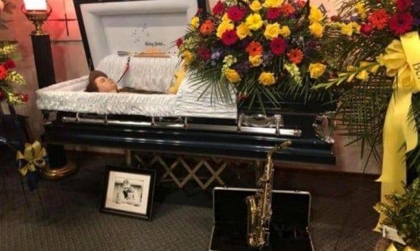 Essa foi a imagem que a mãe Cheryl publicou de seu filho Andy no caixão