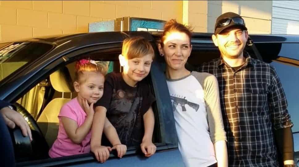 A família junto com o carro que ganharam