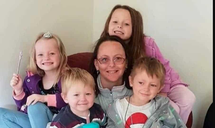 Os quatros filhos junto com a mãe