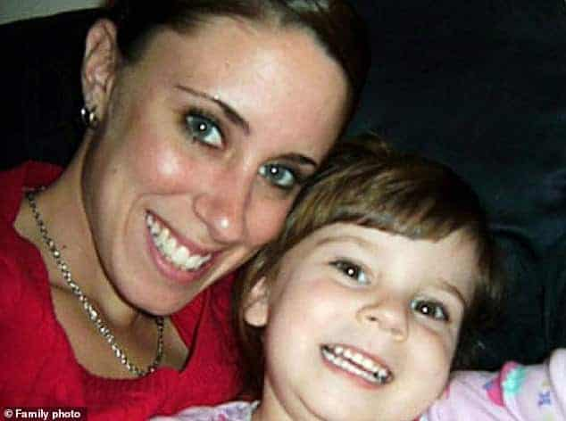 Mãe com sua filha, ela foi acusada de ter matado a menina