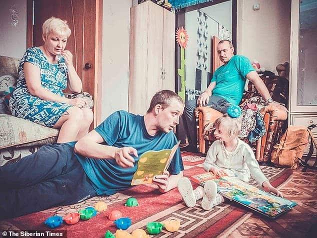 A menina que nasceu com uma síndrome rara com sua mãe, seu pai e o irmão