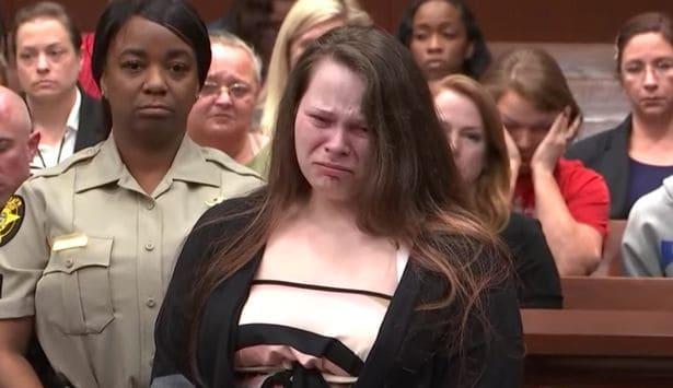 Mãe que matou filha chora no julgamento