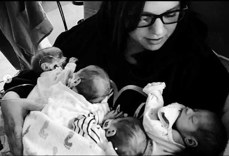 Mãe e suas quadrigêmeas recém-nascidas
