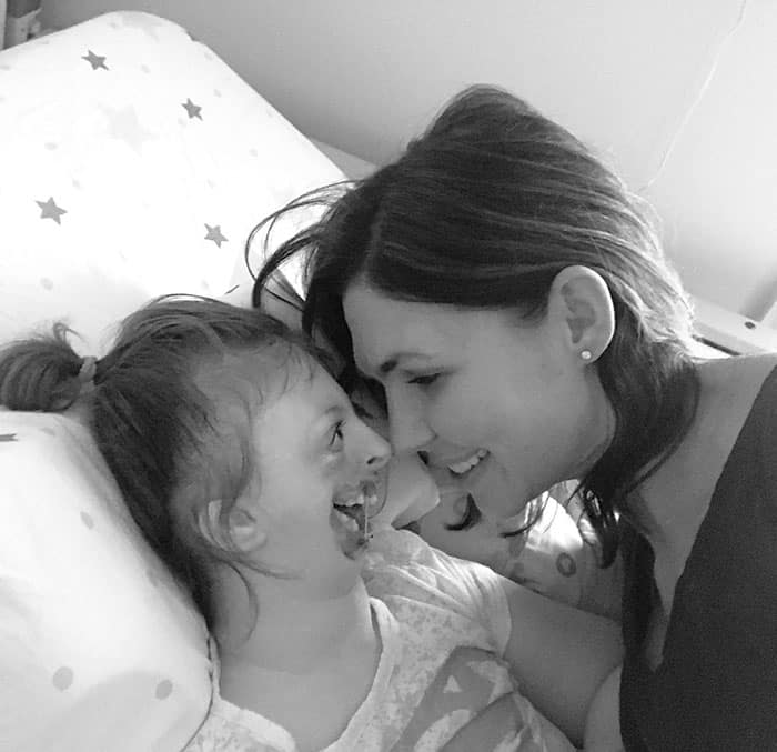 A ma~e Natalie com sua filha Sophia