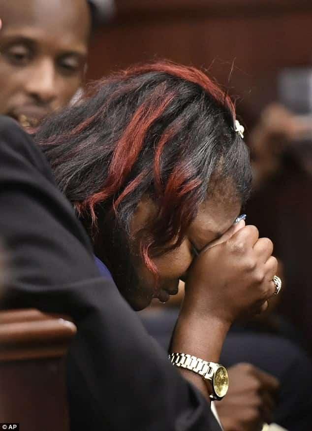 A mãe Shanara chorou muito durante o julgamento