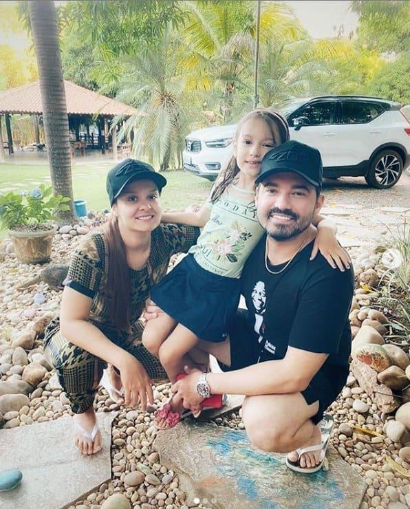 Maiara ao lado de Fernando e da filha dele, a pequena Alice