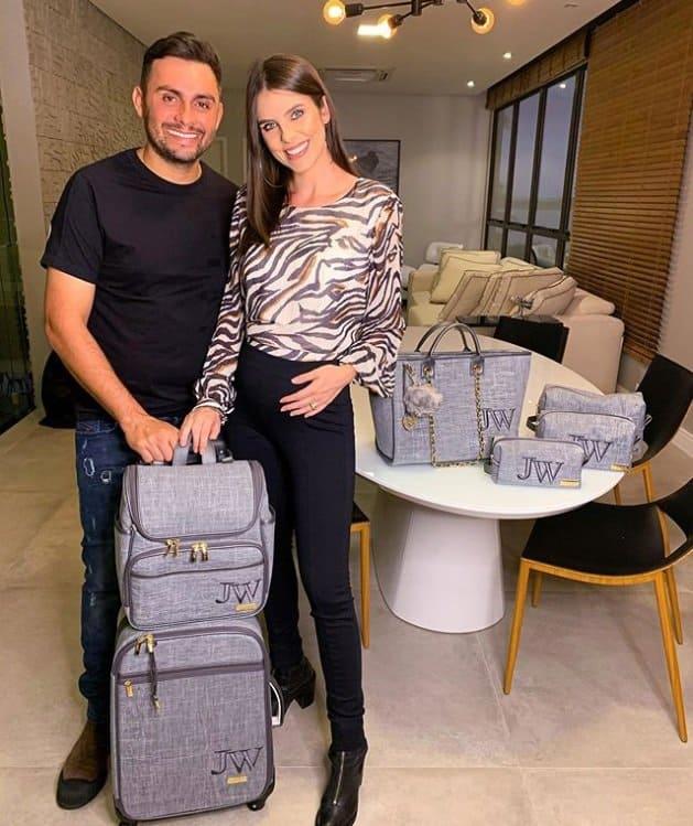 Mano Walter e a esposa com sua mala de maternidade