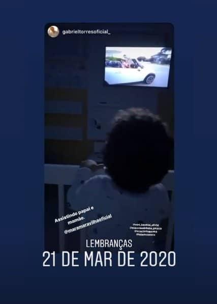 Filho de Mara Maravilha vendo um vídeo de sua mãe