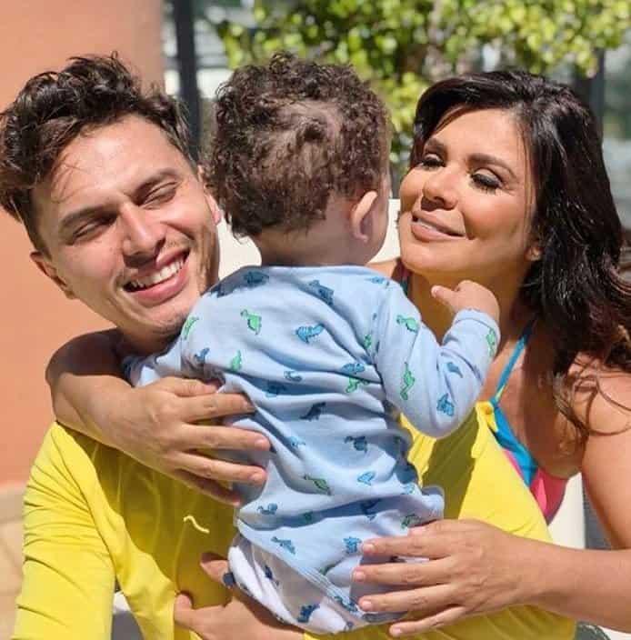 Mara Maravilha ao lado do noivo e de seu bebê