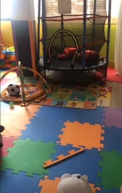 Mara Maravilha mostrando o quarto de brinquedos do filho