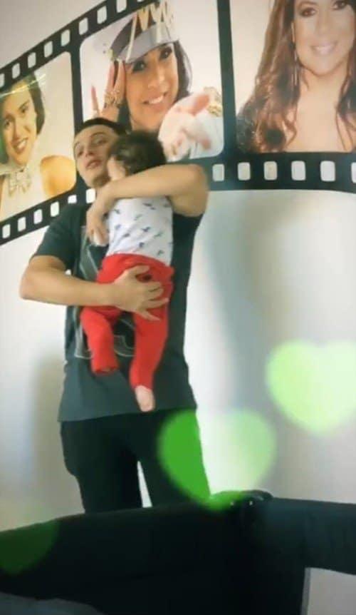 Bebê de Mara Maravilha no colo do pai Gabriel