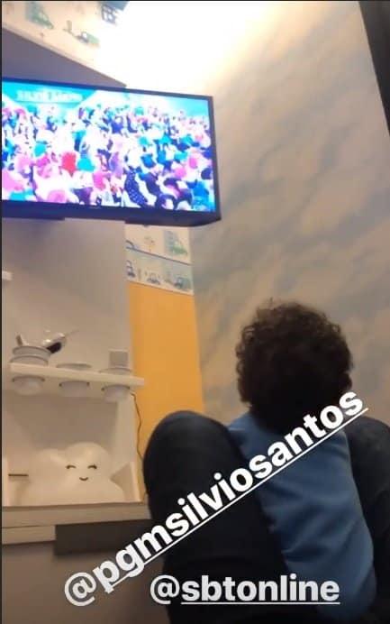 Bebê de Mara Maravilha vendo o programa de Silvio Santos