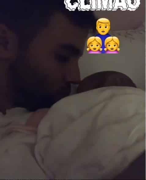 O marido de Ivete, Daniel Cady ninando uma de sua filhas recém-nascidas