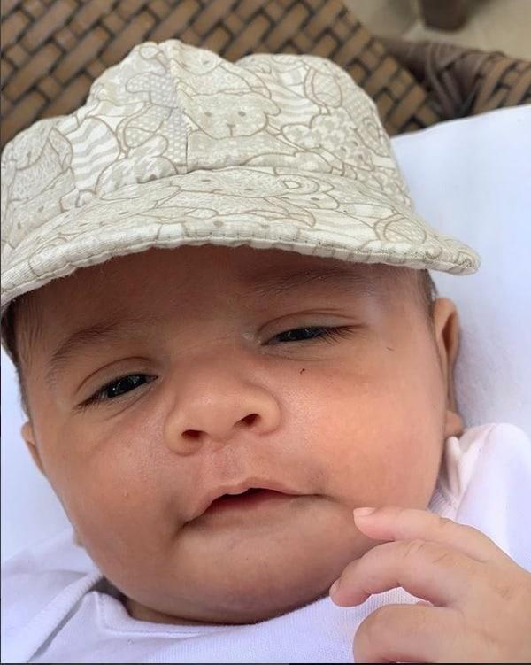 Léo, filho da cantora Marília Mendonça, de boné