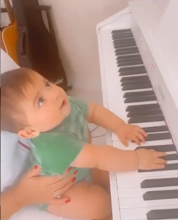O filho de Marília Mendonça com seu piano