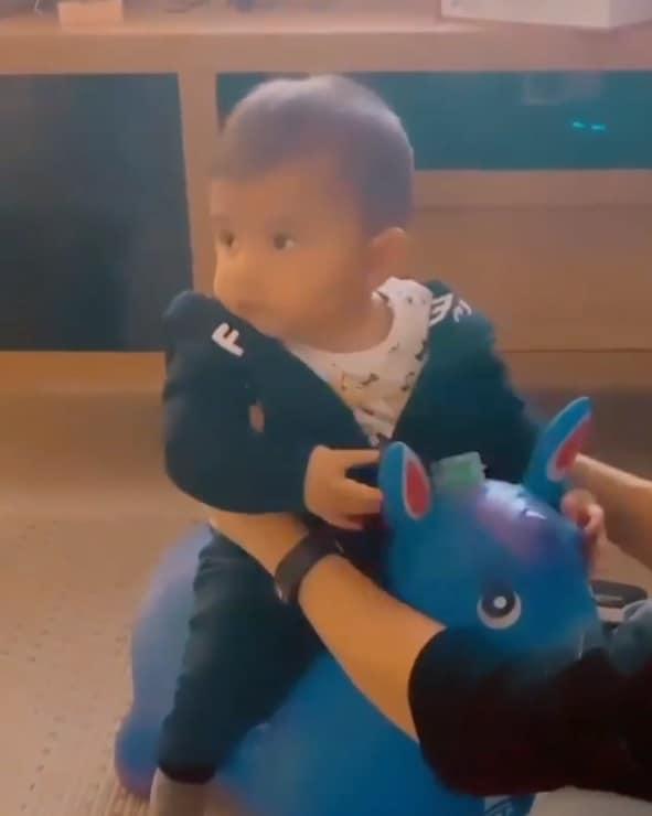 O filho de Marília Mendonça e Murilo Huff com seu brinquedo