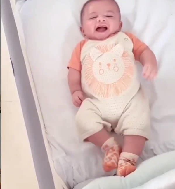 Filho de Marília Mendonça gargalhando em flagra de sua mãe