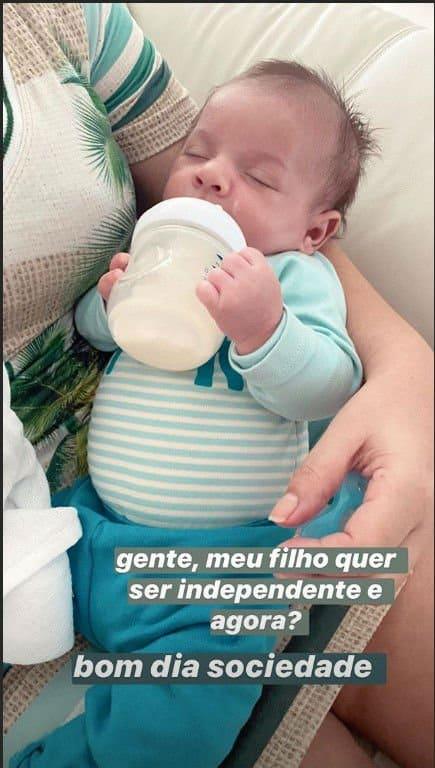 Bebê de Marília Mendonça segurando a mamadeira sozinho