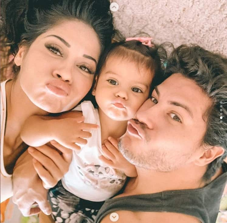 Mayra Cardi e Arthur Aguiar com a filha