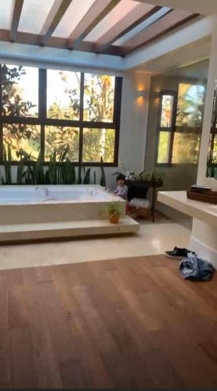Mayra Cardi mostrou a filha no seu luxuoso banheiro