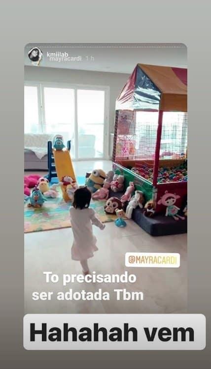 Mayra Cardi mostrando a filha com seu brinquedão
