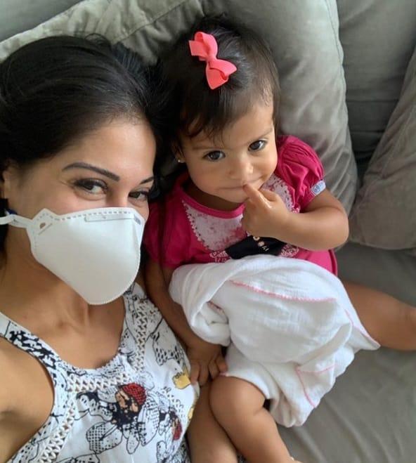 Mayra Cardi com a filha e com sintomas de coronavírus