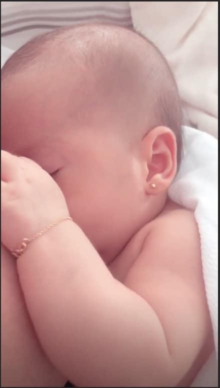 Mais uma publicação feita por Mayra Cardi da bebê Sophia, dessa vez mamando