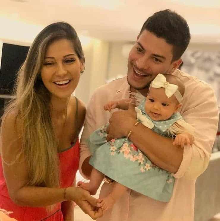 Foto em família, a bebê Sophia com seus pais Mayra Cardi e Arthur Aguiar