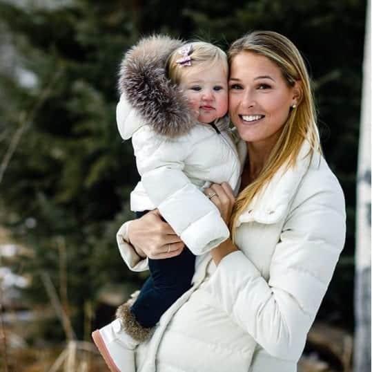 Morgan Beck com a bebê Emeline no colo
