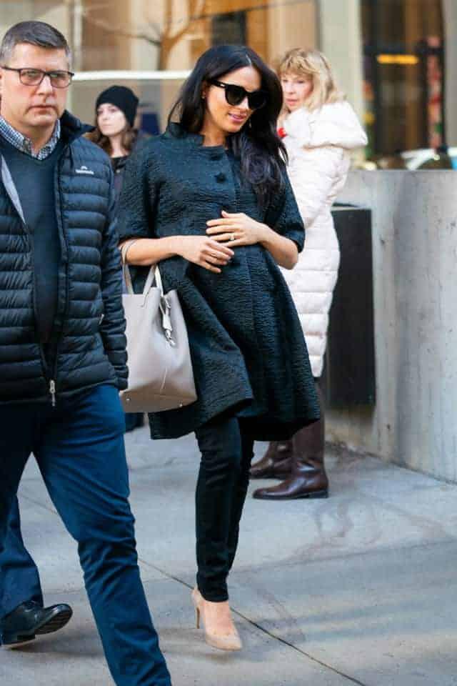 Meghan Markle em NY a caminho de seu chá de bebê que ocorre nesta terça-feira