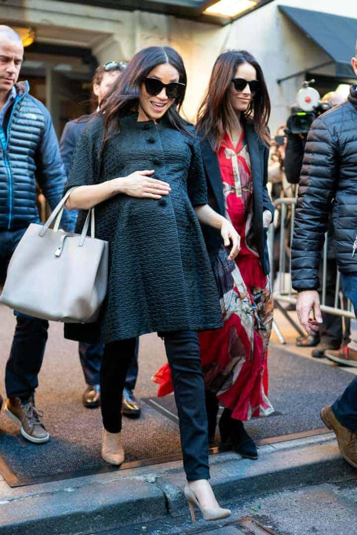 A caminho do chá de bebê a duquesa Meghan Markle com sua amiga a atriz Abigail Spencer