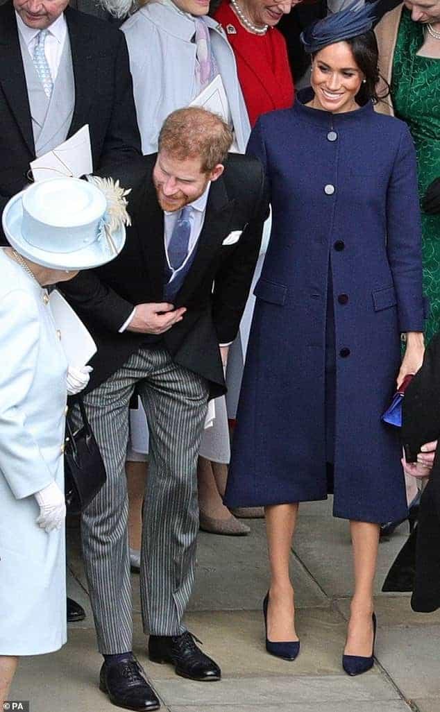 A duquesa Meghan Markle usou também casacos para esconder a barriguinha