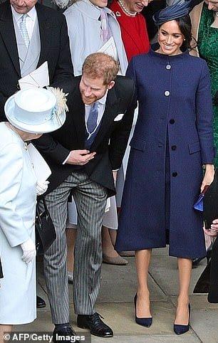 A duquesa Meghan Markle com um casaco que levantou suspeitas de uma possível gravidez