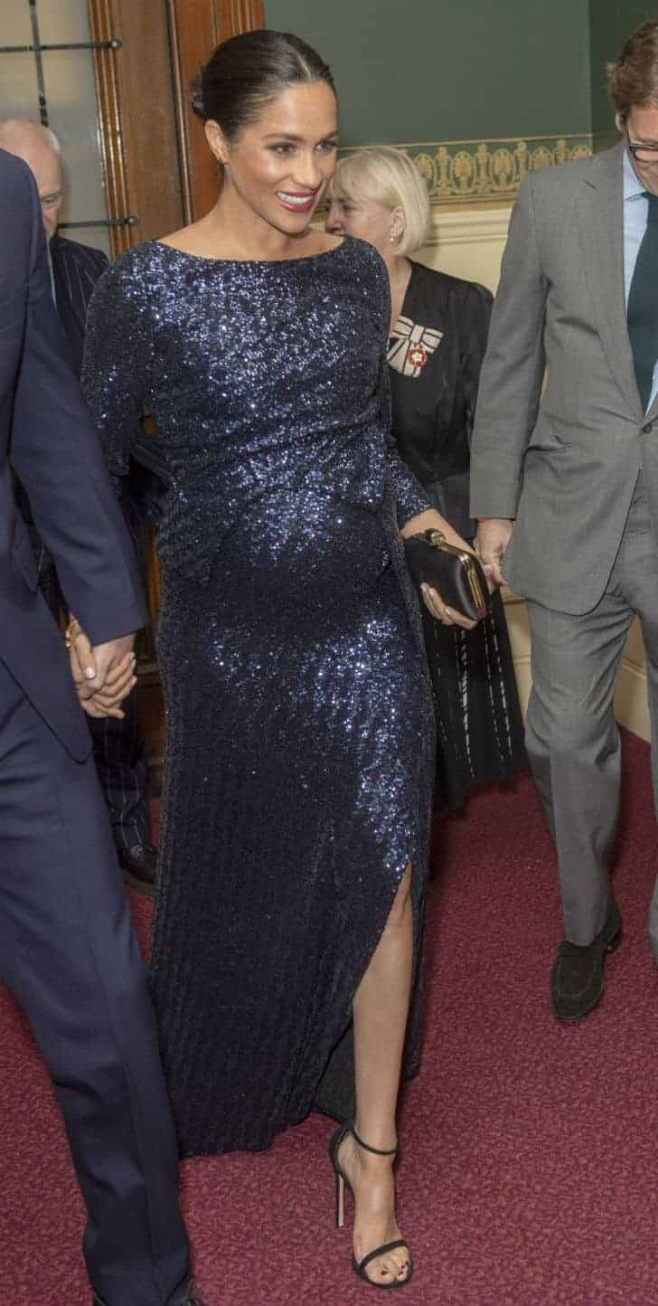 Grávida, Meghan Markle usa roupa de gala