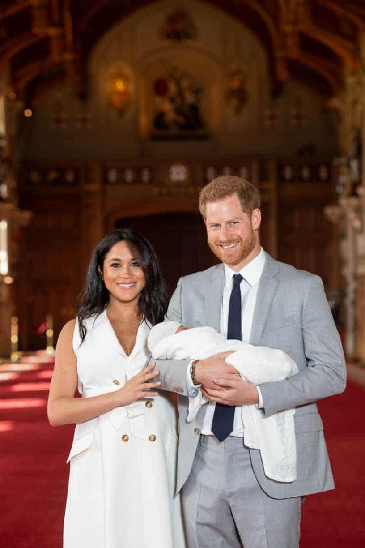 A mamãe Meghan Markle e o príncipe Harry com seu bebê