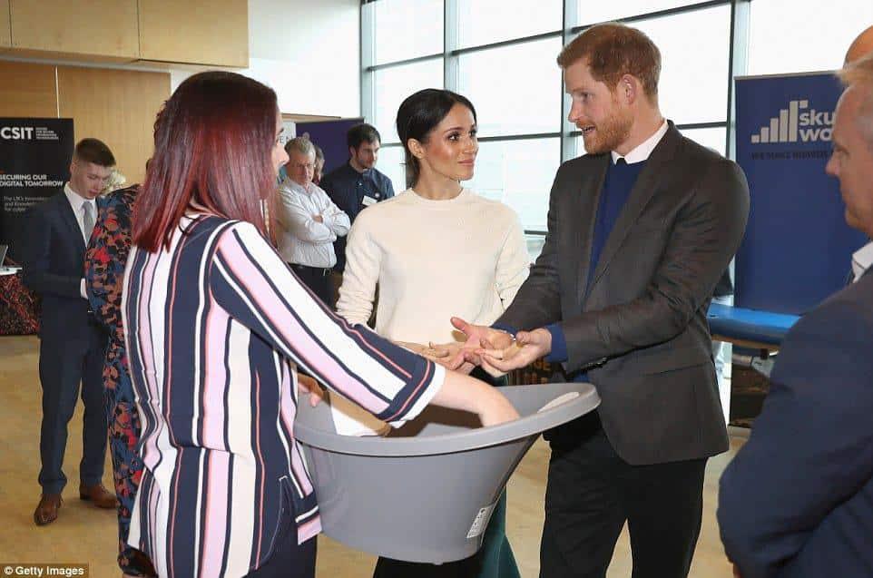 O príncipe Harry com Meghan Markle olharam alguns artigos para bebês