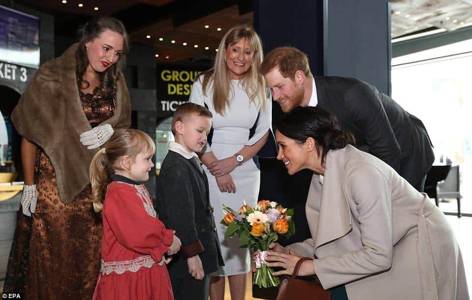 Antes do casamento durante uma visita oficial Meghan Markle recebeu flores