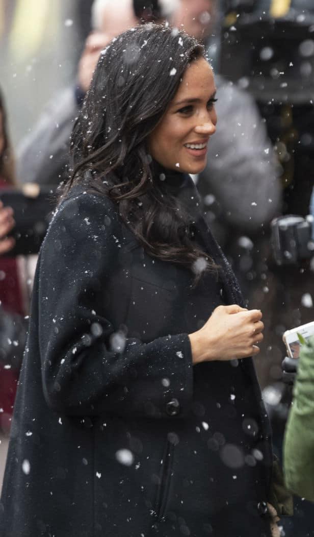 A futura mamãe duquesa Meghan Markle com seu lindo barrigão de grávida na neve